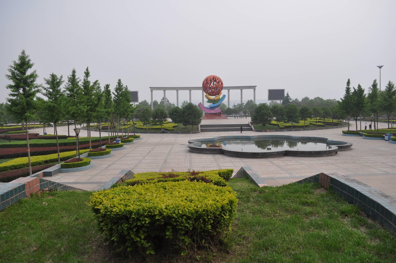 入口处是直径18米的音乐喷泉,广场中心为圆形台式广场,有放射性彩砖